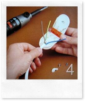 inserisci il cavo alla base della spina e posiziona la staffa di ancoraggio con le due viti in dotazione