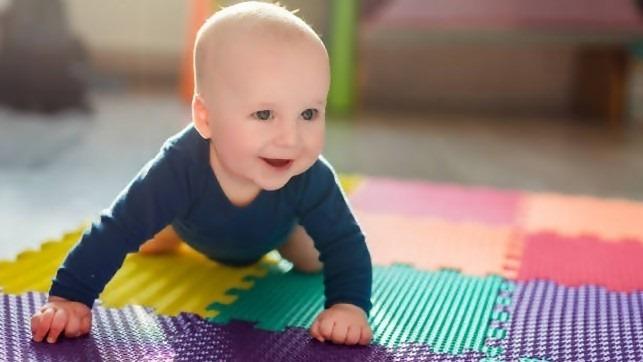 Come igienizzare i tappeti gioco in gomma dei bambini_e